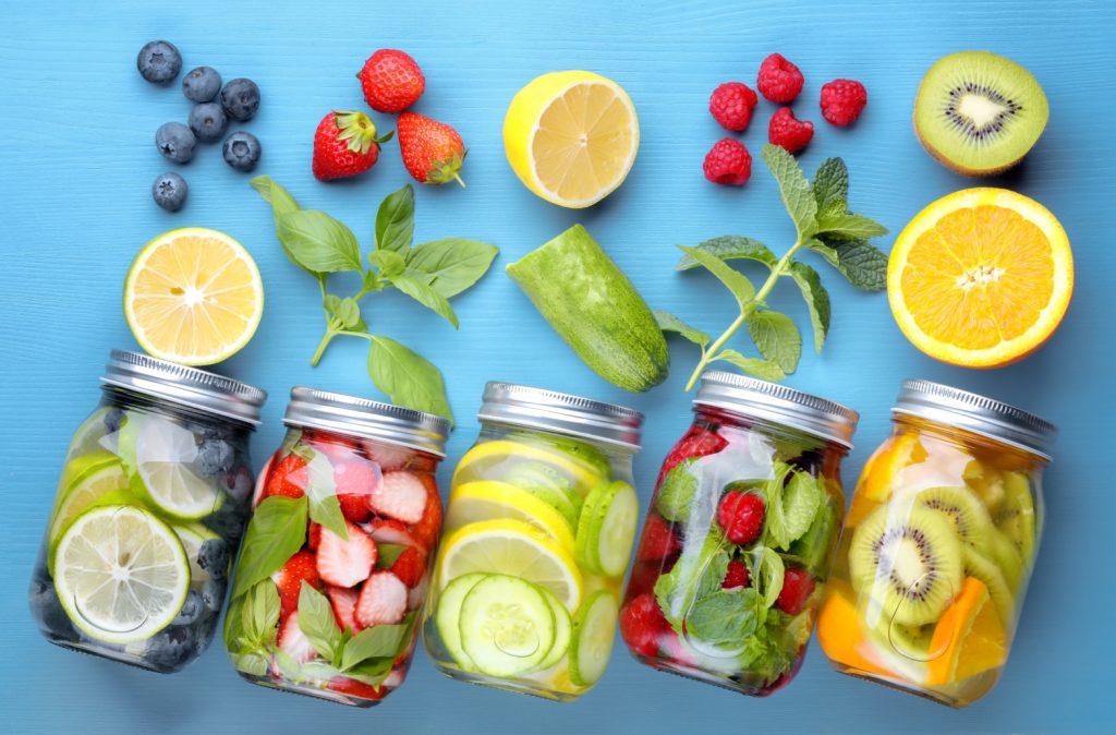 Eaux aromatisées au citron, citron vert, fraises, concombres, menthe, kiwi, oranges