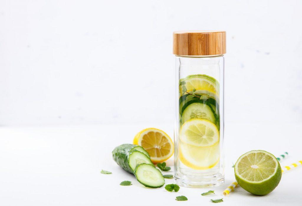 Eau détox aromatisée au citron vert, concombre et menthe pour bien s'hydrater