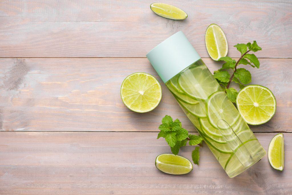 Eau détox aromatisée au citron, citron vert, gingembre et menthe pour bien s'hydrater